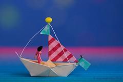 DAAR WAS LAATST EEN MEISJE LOOS || SAILOR GIRL (Anne-Miek Bibbe) Tags: macromondays crinkledwrinkledfoldedorcreased canoneos700d canoneosrebelt5idslr annemiekbibbe bibbe nederland 2018 daarwaslaatsteenmeisjeloos origami vouwwerk bootje sailorgirl