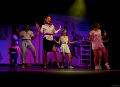 IMGP2668 Dancing (Claudio e Lucia Images around the world) Tags: legally blonde the show dagli 8 agli anta spettacolo teatro pime mammadù onlus namibia musical pentax pentaxk3ii persone palco ritratto nice girl lady singer stanza dancing