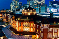 Tokyo Station Marunouchi station building on Twilight : 黄昏時の東京駅丸の内駅舎 (Dakiny) Tags: 2018 autumn october twilight night japan tokyo chiyoda marunouchi city street outdoor landscape garden station tokostation architecture building nikon d750 nikonafsnikkor28mmf18g afsnikkor28mmf18g