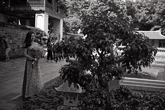 (Ah - Wei) Tags: contax t2 kodaktmax400 bw people vietnam women film
