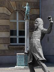 Brunnen und Wasserspiele in Magdeburg (Helmut44) Tags: deutschland germany sachsenanhalt mitteldeutschland magdeburg brunnen springbrunnen wasser eisenbarth arzt bronze fountain well skulptur denkmal
