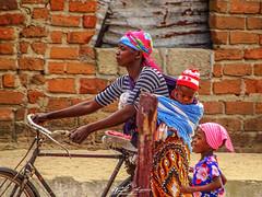 """MÃE_AFRICANA_CUIDANDO_DO_FUTURO""_ENTRE_LAGOS_MOÇAMBIQUE (paulomarquesfotografia) Tags: mãe africana cuidando do futuro entrelagos moçambique sony hx400v paulo marques mozambique mother culture cultura criança crianças children childrens kid kids retrato portreait photografy street fotografia de rua africa cores colors"