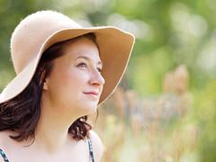 Reflective (Elenovela) Tags: porträt portrait woman girl summer sommer primelens festbrennweite bokeh dof olympusomdem1markii olympus150mmf20 elenovela ksrstenmüller