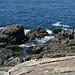 Des rochers, de l'eau, de l'écume