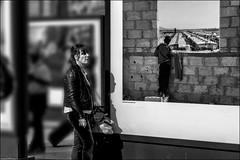 Deux mondes... /Two worlds... (vedebe) Tags: expo photo photographe humain human femme people ville city rue street urbain urban urbanarte syrie camp enfant noiretblanc netb nb bw monochrome