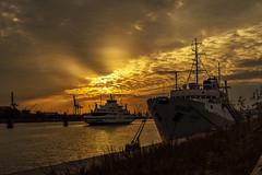 im letzten Abendlicht (hph46) Tags: germany hamburg elbe schiffe ship sonnenuntergang sunset wolken clouds himmel sky fluss river sony alpha7r canonef2470mm14lisusm