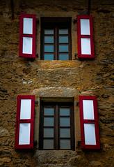 Rouge & Blanc (Frédéric Fossard) Tags: volet maison murenpierre rouge blanc red white montenvers chamonix alpes hautesavoie merdeglace grandhôteldumontenvers window shutter couleur color pierre refuge vieillespierres façade rural