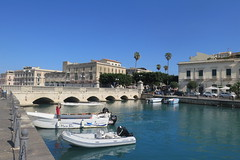 The little harbour of Syracuse (Sokleine) Tags: boats bateaux port marina harbour plaisance buildings bâtiments heritage patrimoine water eau seaside syracuse siracusa sicilia sicile sicily italia italie italy eu europe bridge pont