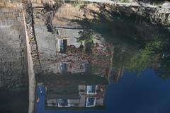 DSC_8472 (griecocathy) Tags: paysage maison reflet végétations eau roche gris bleu vert rouge beige