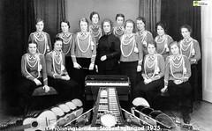 tm_5793 - Frälsningsarméns Stabssångbrigad 1935 (Tidaholms Museum) Tags: salvationarmy svartvit positiv gruppfoto kvinnor förening uniformer 1935 1930talet musik musikinstrument