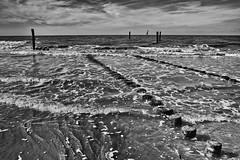 Segelboot (efgepe) Tags: 2018 cadzand pentaxk1 september segelboot boat bw sw schwarzweiss schwarzundweiss blackwhite silverefexpro meer strand ufer sea pfähle wellen wellenbrecher