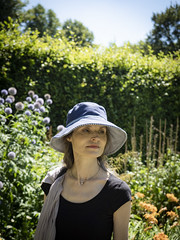 Mariëlle, Cambridgeshire 2018: Garden beauty (mdiepraam) Tags: cambridgeshire 2018 angleseyabbey nationaltrust marielle portrait pretty gorgeous attractive mature fiftysomething brunette woman lady milf elegant classy hat scarf garden flowers