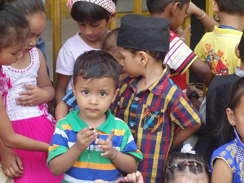 Comme vous pourrez le remarquer, la tradition veut qu'ici les enfants se fassent percer les oreilles très jeunes