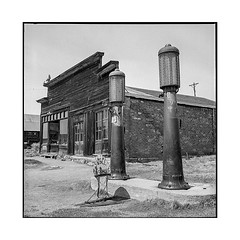 gas station • bodie, ca • 2018 (lem's) Tags: gas station service pompe essence pumps ruin ruine ghost town ville fantome bodie ca california rolleiflex t