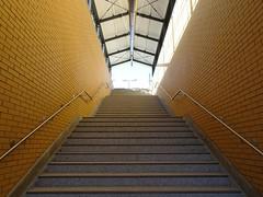 Endlich! (SebastianBerlin) Tags: 2018 berlin treppen aufgang treppe stairs stairway германия берлин лестница treptow schöneweide niederschöneweide johannisthal bhschöneweide guessedberlin gwbgpeole