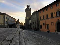 Arezzo (Guido Rabea) Tags: casioexfh20 italien toskana arezzo platz rathaus sonnenuntergang turm