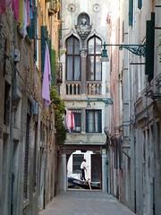 Passage vénitien... / Venetian alley... (FloDL) Tags: italia italie italy venice venise venezia gondole gondola ruelle linge fenêtre lanterne passage alley windows gondolier lessive
