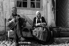 Den Gamle By (michael_hamburg69) Tags: århus aarhus dänemark danmark denmark midtjylland jütland dengamleby freilichtmuseum museum danmarkskøbstadmuseum theoldtown openairtownmuseum man woman bench monochrome tracht handarbeit schifferklavier instrument accordion