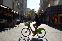 Un vélib qui fonctionne (Stéphane Emery) Tags: paris iledefrance soleil soleildete candid street streetphotography streetphoto shootandrun streetlife streetscene sun velib girl