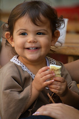 Médiévales de Callas France_5968 (ichauvel) Tags: portrait sourire smile visage face heureuse happy petitefille littlegirl enfance childhood manger eating exterieur outside portraitderue streetportrait callas médiévalesdecallas var provencealpescôtedazur france europe westerneurope septemre september joie adorable cute lovely