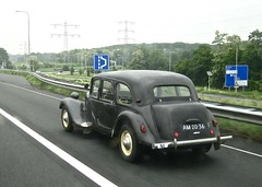 1952 CITROËN 11B Traction Avant Familiale While Driving (ClassicsOnTheStreet) Tags: am2036 citroën tractionavant 11b familiale whiledriving 1952 onderweg enroute 11 b tractionfamiliale ta traction citroënta citroëntractionavant 11series 50s 1950s voiture saloon sedan pkw andrélefèbvre lefèbvre bertoni flaminiobertoni classiccar classic oldtimer klassieker veteran oldie classico gespot spotted carspot snelweg autobahn motorway autopista a2 geleen 2018 straatfoto streetphoto streetview strassenszene straatbeeld classicsonthestreet