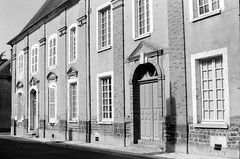 Henrichemont - Maison de Sully (Philippe_28) Tags: henrichemont 18 cher france europe sully boisbelle berry 24x36 argentique analogue camera photography film 135 bw nb