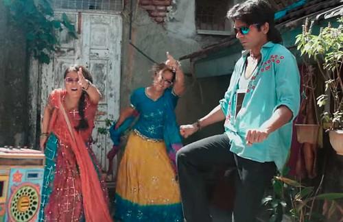 Pataakha Tittle Track: 'दंगल गर्ल' सान्या और राधिका, सुनील ग्रोवर संग निकली पटाखा बेचने, फिर छिड़ा युद्ध