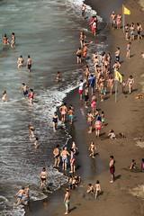 seashore (*BegoñaCL) Tags: playa beach sea mar gente people arena sand bandera flag euskadi zumaia verano begoñacl
