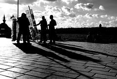 spi_443 (la_imagen) Tags: türkei turkey türkiye turquía istanbul istanbullovers üsküdar balloonvendor balloon sw bw blackandwhite siyahbeyaz monochrome street streetandsituation sokak streetlife streetphotography strasenfotografieistkeinverbrechen menschen people insan light shadow licht schatten gölge ışık silhouette silhuette siluet