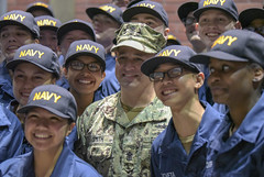 Master Chief Petty Officer of the Navy poses for a photo with recruits. (Official U.S. Navy Imagery) Tags: recruittrainingcommand rtc bootcamp navy sailor training mcpon russellsmith greatlakes illinois unitedstates