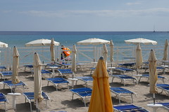 Le vendeur de bouées, plage de Mondello, Palerme, Sicile, Italie. (byb64) Tags: palerme palermo palermu laloggia vucciria sicile sicilia sicily sizilien italie italy italia italien europe europa eu ue mondello méditerranée mediterraneo merméditerranée mittelmeer mediterranean mediterraneansea tyrrhenischemeer tyrrheniansea martirreno mer mar mare sea meer plage beach spiaggia playa strand paysage paisaje paesaggio vue view vista veduta landschaft landscape stabilimentoreginaelena
