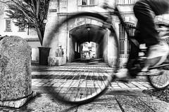 il était pas censé tourner (CsurPhotos) Tags: csurphotos streetphoto avignon vaucluse bike blur mouvement roue