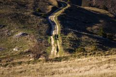 Camminando (SDB79) Tags: abruzzo rocca calascio montagna strada sentiero treking escursione