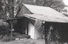 Cabin B&W (Neal3K) Tags: bw blackwhite georgia jchstreetpan400 nikons335mmfilmcamera filmphotographyproject