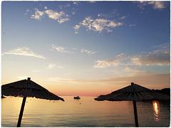 Coucher de soleil sur l Adriatique (busylvie) Tags: coucherdesoleil meradriatique parasols plage soleil lumière ombresetlumières ckairobscur primosten croatie