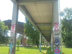 104 (en-ri) Tags: zack soldo tag rosso nero omino parco dora colonne torino wall muro graffiti writing