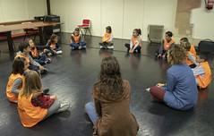 Sentados en un corro, el Consejo de la Infancia ha conocido a las dinamizadoras del proyecto, Jone e Irati.