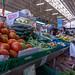 Tomaten, Gurken, Schalotten, Erbsen am Gemüsestand im Timeout Market in Lissabon