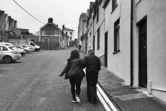 Ag dreapadh an chnoic sa Chóbh (Rhisiart Hincks) Tags: cobh ancóbh bywydystryd streetlife buhezarstraed saolnasráide beathanansràidean vidaenlacalle kalebizitza rhiw slope hillside flancdecoteau torgenn leiceanncnoic learg taobhcnoic contaechorcaí swyddcorc countycork blancinegre duagwyn gwennhadu dubhagusgeal dubhagusbán blackandwhite bw zuribeltz blancetnoir blackwhite monochrome unlliw blancoynegro zwartwit sortoghvid μαύροκαιάσπρο feketeésfehér juodairbalta melnsunbalts černýabílý czarnyibiały mnyamanokumhlophe pangometema éire èirinn iwerzhon ireland iwerddon ирландия iwerdhon irsko ιρλανδία