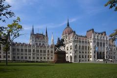 Budapest - Parlamento II (Silvio Spaventa - Spav'68) Tags: ungheria hungary budapest parlamento parlament edificio statua summer 2018 estate erba cielo sky nikon d90 statue spav68