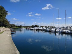 Suntrap (ancientlives) Tags: chicago illinois il usa travel trips burnhamharbour lakemichigan lakefronttrail lake moorings harbour boats yachts walking city museumcampus bluesky sunshine weather fishing monday october 2018 autumn