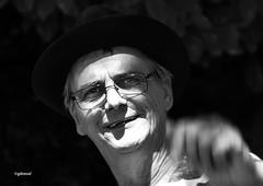 le punch (quentinmirabelle) Tags: portrait gros plan noir blanc black white nb bw monochrome instantané chapeau homme