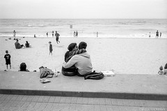 lovers, Manly beach, Sydney 2018  #103 (lynnb's snaps) Tags: ilfordfp4 leicaiiif xtol bw film rangefinder 2018 manlybeach sydney australia leicafilmphotography barnack cv35mmf25colorskoparltm kodakxtoldeveloper street beach ocean waves coast surf lovers couple kiss kissing cuddle affection blackandwhite bianconegro blackwhite bianconero biancoenero blancoynegro noiretblanc schwarzweis monochrome ishootfilm rangefinderphotography rff