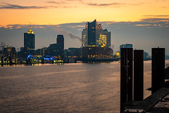 Sonnenaufgang Elbphilharnonie (Sarahhoa) Tags: hamburg hafen hamburgerhafen elbphilharmonie sonnenaufgang sunrise wasser elbe landungsbrücken orange