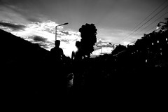 000709 (la_imagen) Tags: türkei turkey türkiye turquía fair panayırı kirmes pelivanköy pavli pavlipanayırı sw bw blackandwhite siyahbeyaz monochrome street streetandsituation sokak streetlife streetphotography strasenfotografieistkeinverbrechen menschen people insan light shadow licht schatten gölge ışık silhouette silhuette siluet