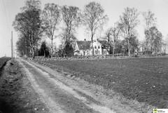tm_5562 (Tidaholms Museum) Tags: svartvit positiv grusväg bostadshus exteriör byggnad åkermark gård