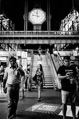 Er heiratet! (Art de Lux) Tags: hamburg hauptbahnhof centralstation menschen personen people stairs uhr clock street candid schwarzweis blackandwhite sw bw artdelux deutschland germany treppe microfourthirds mft
