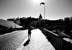 000666 (la_imagen) Tags: sw bw blackandwhite siyahbeyaz monochrome street streetandsituation sokak streetlife streetphotography strasenfotografieistkeinverbrechen menschen people insan light shadow licht schatten gölge ışık silhouette silhuette siluet bridge brücke köprü sun güneş sonne portugal porto tomar