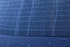 Après la renapée (Tonton Gilles) Tags: graphisme parebrise arrière voiture goutelettes deau eau gouttes lignes bleu