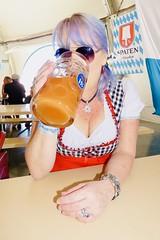 (Gee949Bee) Tags: milf cleavage wiesen dirndl krug mas frau bier beer oktoberfest